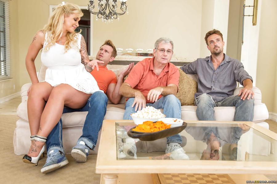 Blonde milf met grote borsten masturbeert voor de TV