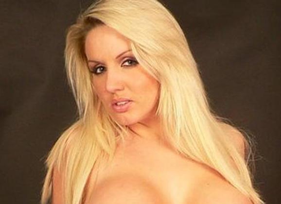 Dannii Harwood, blond, hoge hakken en grote borsten