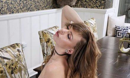 Mooie geile tiener pijpt haar stiefvader en heeft sex met hem